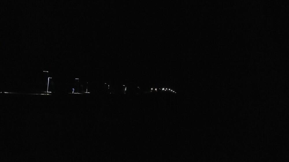 第三天 沙漠花园环湖自由行 骑着从酒店租来的三人自行车,做好防晒准备,我们心情愉悦地开启环湖之旅,在这个天然形成的沙漠、湖泊、湿地多种景观并存的花园中,种植着菊花园,薰衣草园,香草园,玫瑰园,荷花池等等,金沙岛形貌仪态万千,岛中有湖,湖中有岛,湖面苍鹭、野鸭、燕鸥、白鹤闲游,草坪上成群的啄木鸟信步捉着虫子、身材娇小的燕子随处飞舞,草丛中偶尔会有野兔和野鸡窜出,吓得我的小心脏扑通扑通直跳,原生态的美丽自不必多说,只有上图才能说明一切 。 中午回来在酒店自助餐厅吃完饭后,(顺便说一句,宁夏的西瓜果然又沙又甜,