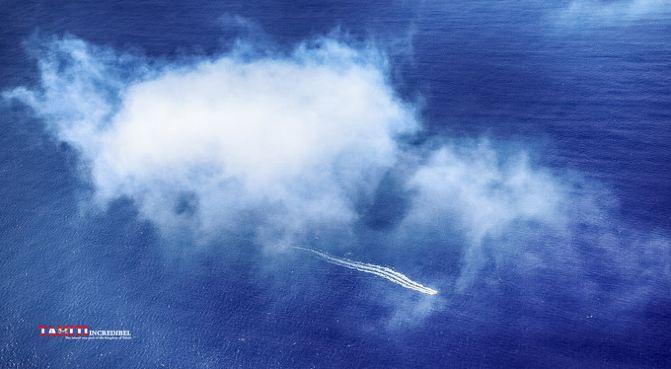 淡蓝色澄澈的潟湖中,点缀着无数白色的船只,好似一幅精心描绘的画卷.
