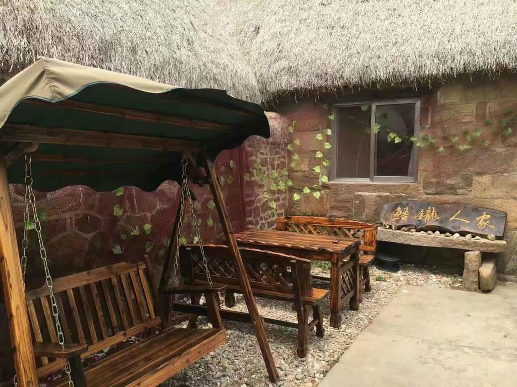 东楮岛我们这次出行玩的最开心的一个地方,在这里我们住了三个晚上,玩了二个白天,买菜、买米、买油盐酱醋开火做饭、烧烤、钓鱼、捡海带(回来就炖了吃,新鲜的海带还是第一次吃,呵呵!)美中不足的是在东楮岛的后二天里风吹浪打、乌云盖顶没有洗成海澡,没能赶上退潮赶海,留下丝丝遗憾! 东楮岛对大家来说都是一个陌生的名字和地方,我们怎么来到了这里呢? 原计划周六7.