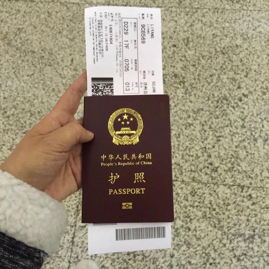 前行准备 1、签证。刚刚讲到了,因为济州岛免签,所以有护照就可以出发了。前提是必须要做好攻略,把机票和酒店的行程单打印出来,过海关的时候也许会问到,所以备不时之需。 2、订酒店和机票。机票之前也说了,因为运气好,买到了超低价的票而高兴,特别感谢蚂蜂窝。酒店在booking上面订的青年旅社,也是好多背包客推荐的地方,主要离中心地点近,去那里都方便,名字叫济州森林青年旅馆。老板会说中文,人很nice。因为买机票赠送接送机,所以是直接把我们送到酒店的。我出行一般订酒店必定中心地段,真的可以省去很多麻烦。 3、因