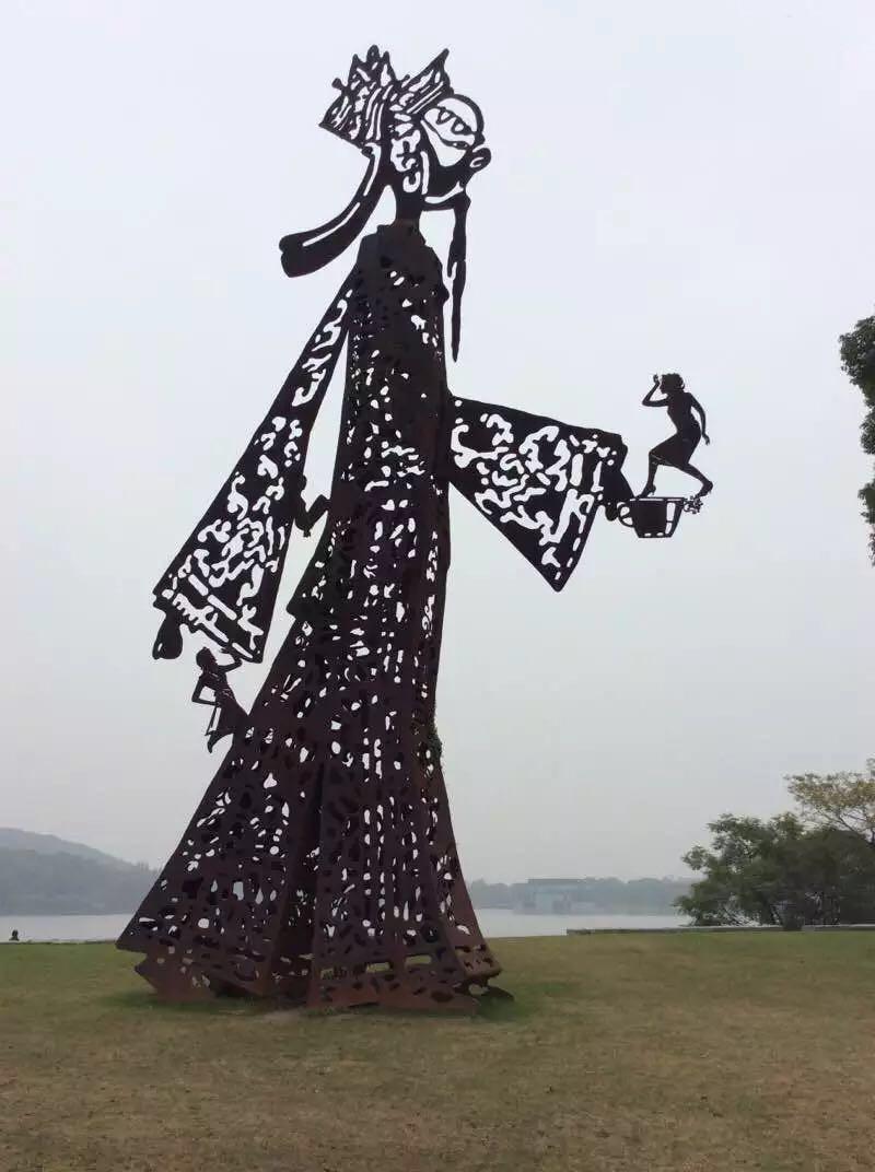 在整个公园的入口处,有一个类似于中国传统艺术的皮影戏的模样的雕塑图片