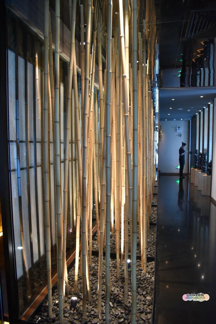 布置成了榻榻米与中式餐厅两类,走廊设计成一道竹林景观,淡雅节制