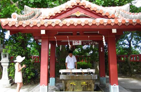 首里城(琉球语:首里城/スイグスク sui gusuku)是位於琉球群岛