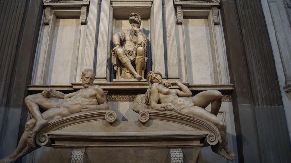 《昼》,《夜》,《晨》,《暮》四尊大理石雕像是米开朗基罗最具代表性