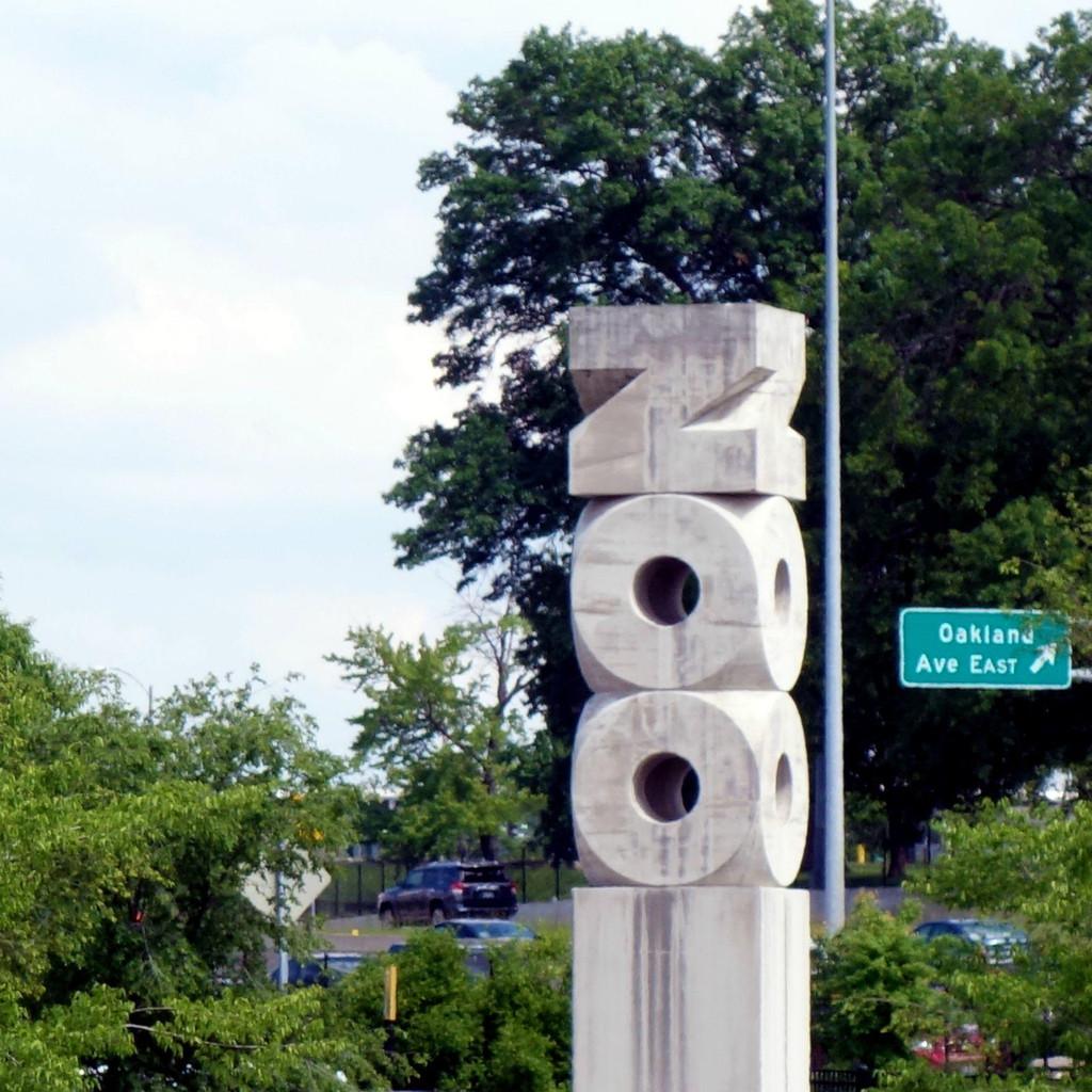 美国中部名校圣路易斯华盛顿大学始建于1853年,是一所著名的私立研究型大学。 圣路易斯华盛顿大学丹佛斯校园是美国中部地区最漂亮的校园之一,建筑为统一的欧洲古典风格,粉白相间的教学楼疏朗有致,无数浓密的树木和如茵的绿草掩映其间,更显得宁静雅致而又不失庄重气派。 由于地处美国中部,密苏里州得天独厚地具有不偏不倚的象征意味,圣路易斯华盛顿大学因此多次成为美国总统竞选辩论的主战场。2016年10月10日(北京时间),特朗普Vs.