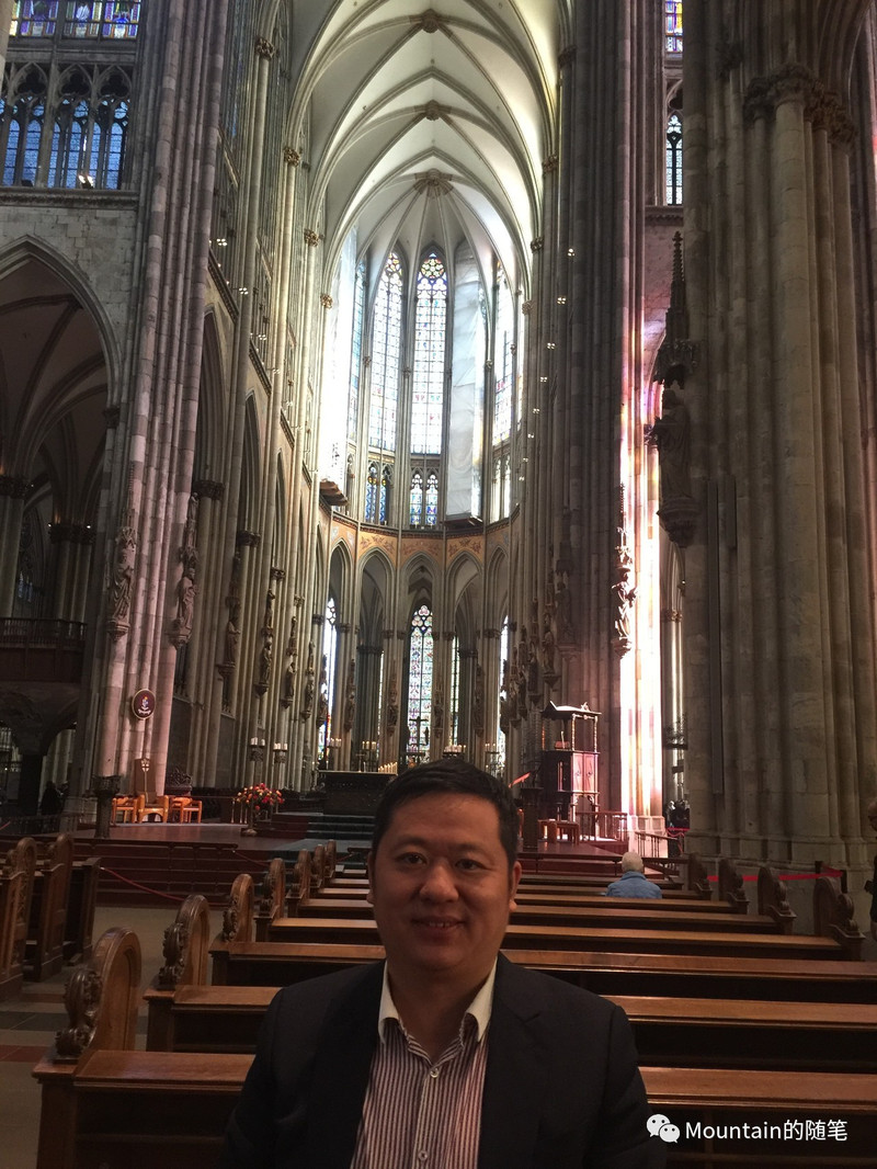 彩绚烂的玫瑰玻璃窗和灯光柔和的蜡烛台,使这座世界最著名的基督教堂图片