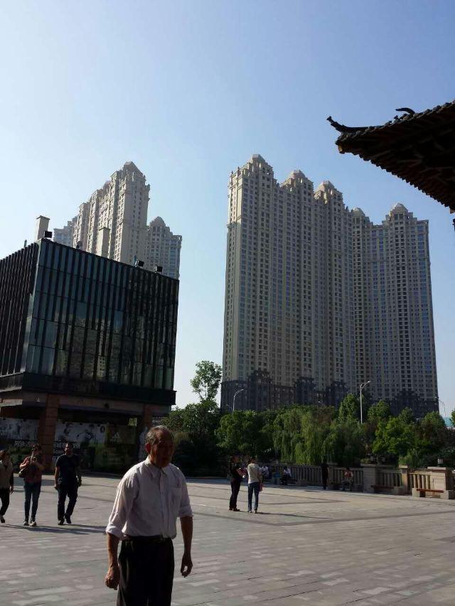 汉街的炫丽夜景与楚河景观带,四座跨河大桥交相辉映,成为武汉乃至中图片