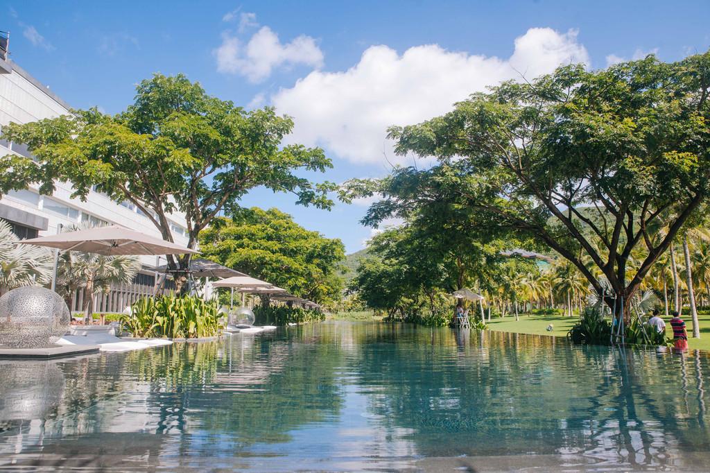 无边界泳池_用过早餐,在酒店逛逛.这里是一个超长无边界泳池.