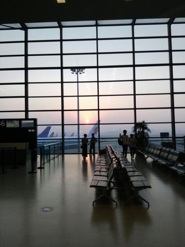 后来飞机延误,我们抵达乌海机场时已经是12:30