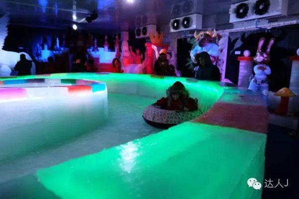 玩冰滑梯,跟《马达加斯加》,《功夫熊猫》还有最新的《疯狂动物城》里