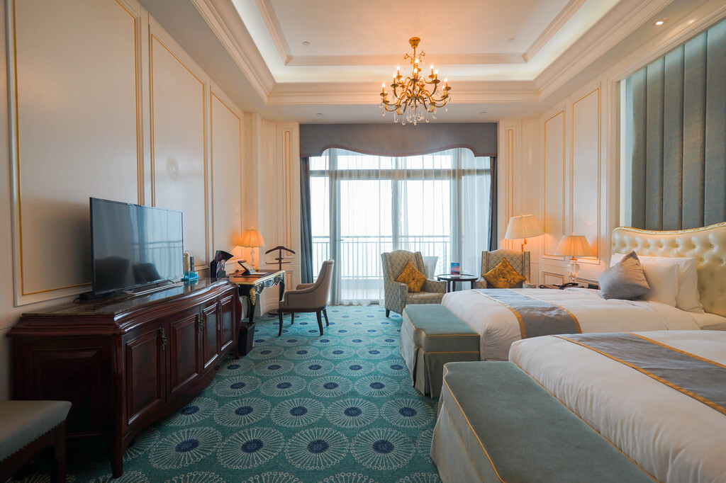 水晶吊灯,实木家具,欧式床铺,印花地毯,不难看出酒店客房的装修是下