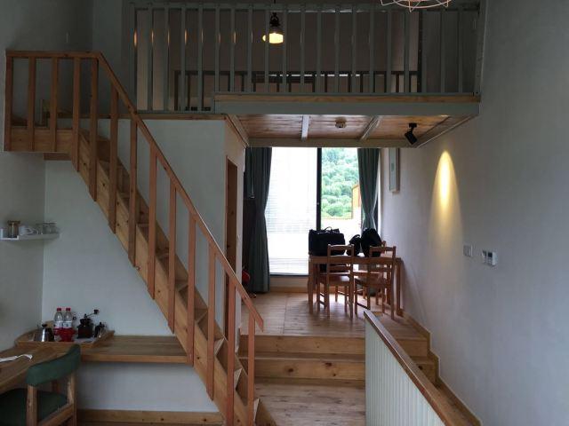 步入酒店的通道是用竹木依山建起的栈道式楼梯