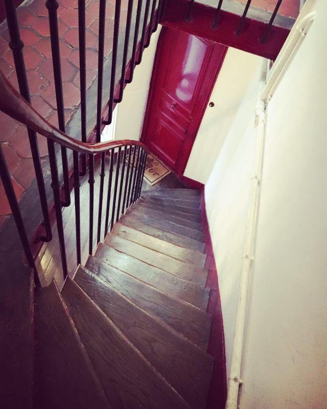 老房子的楼梯是木质的,家家户户的木门为深漆红色,六边形红色地砖仿佛