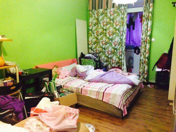 客厅与卧室没有隔开,厨房和卫生间都在阳台上