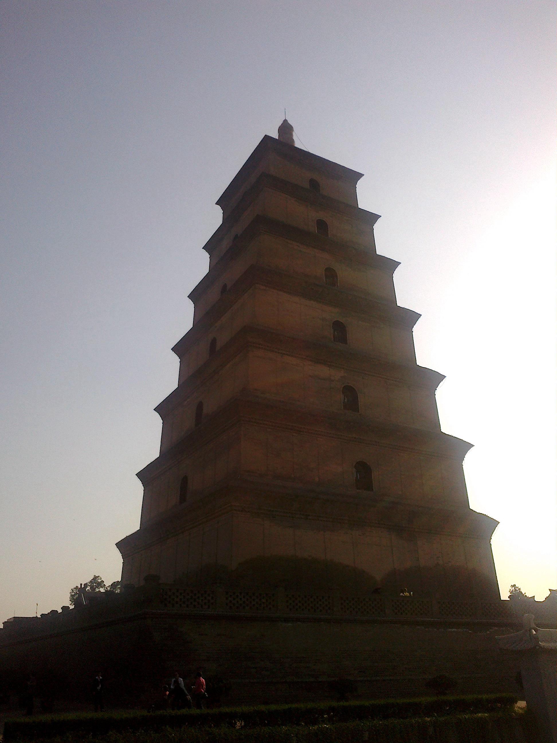 大雁塔的背景上只有蓝天白云