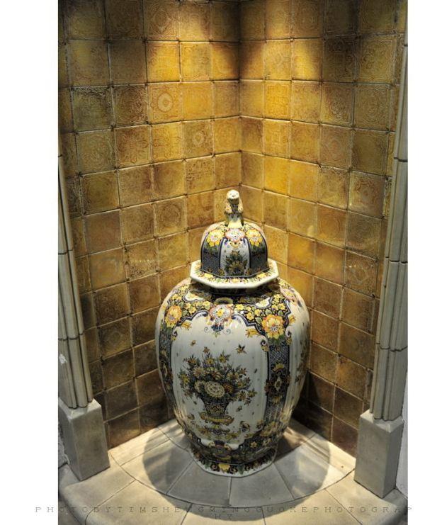 摆放在墙脚的带盖大陶罐,花纹古色古香.