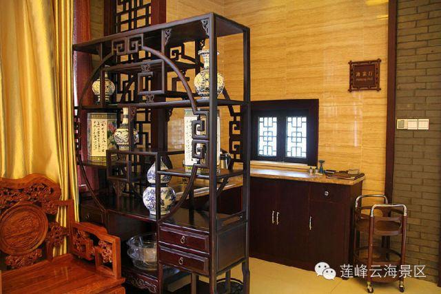 传统室内陈设包括字画,匾幅,挂屏,盆景,瓷器,古玩,屏风,博古架等,追求
