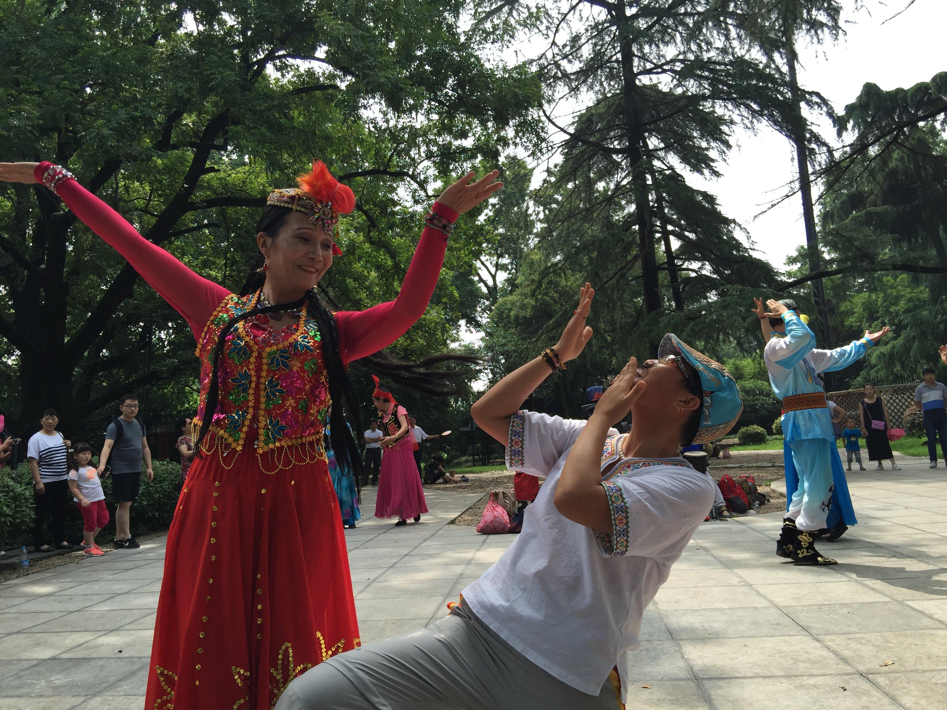 场舞到新疆去_南京人跳新疆舞也是醉了