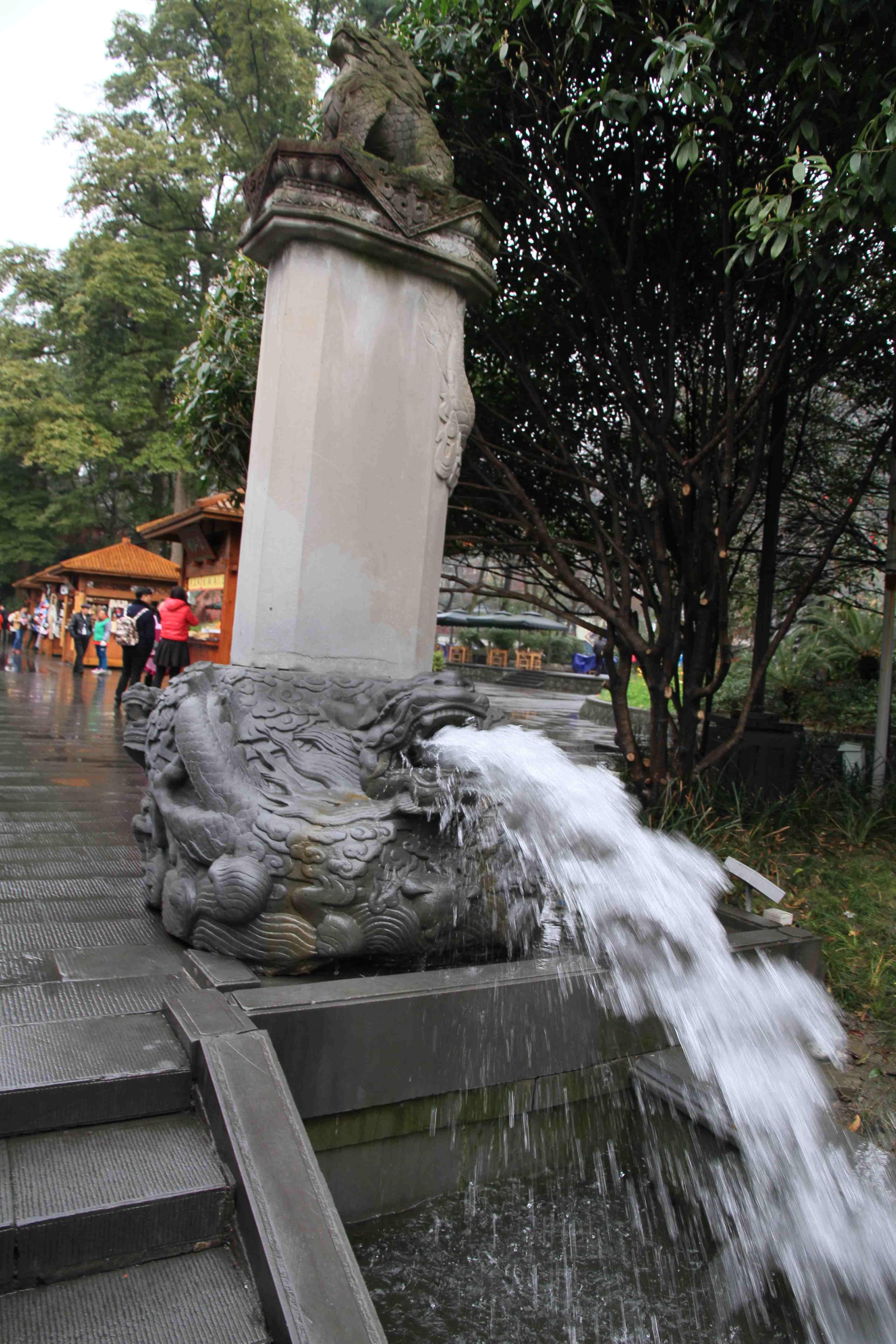 人工建筑的风景,及两旁屹立的一些历史名人事迹,都代表着为都江堰工程