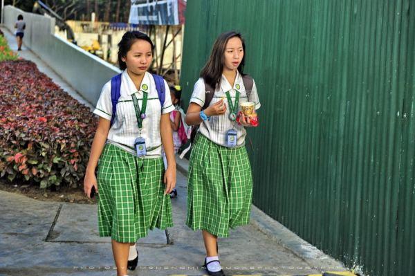 穿着制服放学回家的学生妹,好像路上遇见的妹子手上都拿着零食饮料在图片