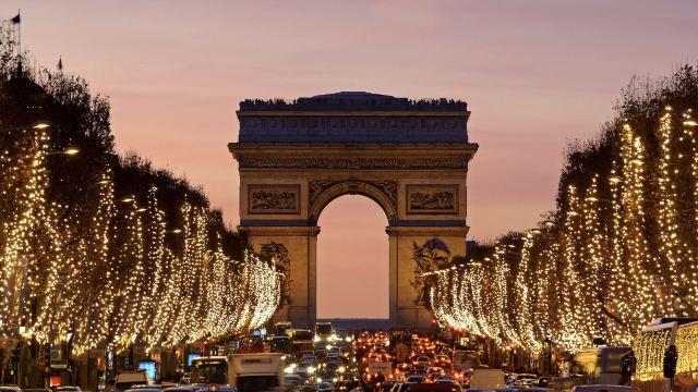 悠闲的走在被浓密法国梧桐树遮盖的街道上,体会着巴黎人的生活和浪漫.