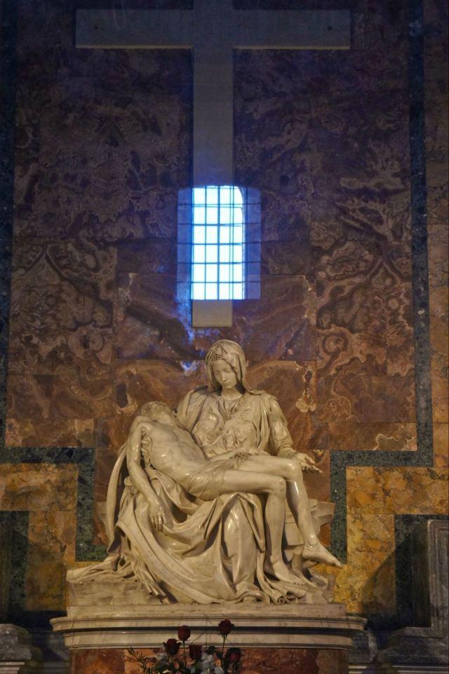 著名的圣母哀痛雕像是米开朗基罗的杰作