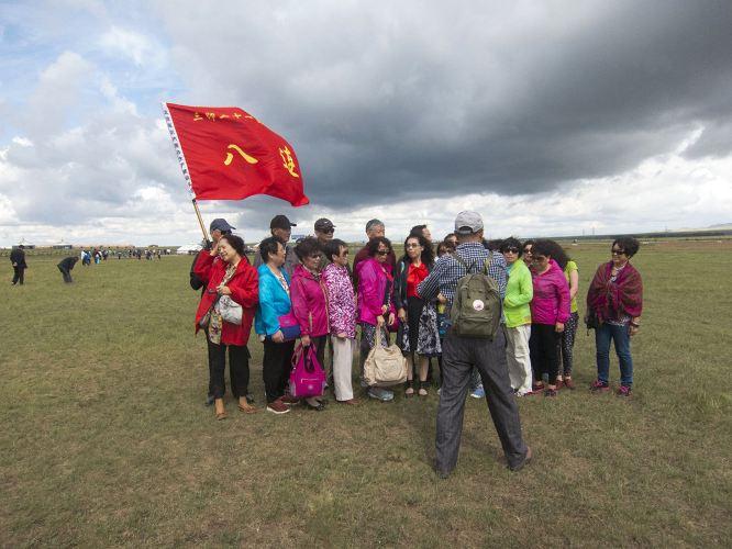 身穿蒙古族服饰的骑手图片