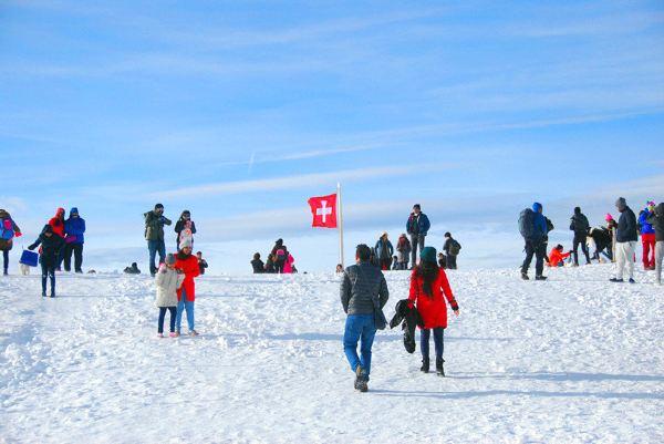 在雪山上和国旗合影的人不在少数,各种姿势各种自拍.