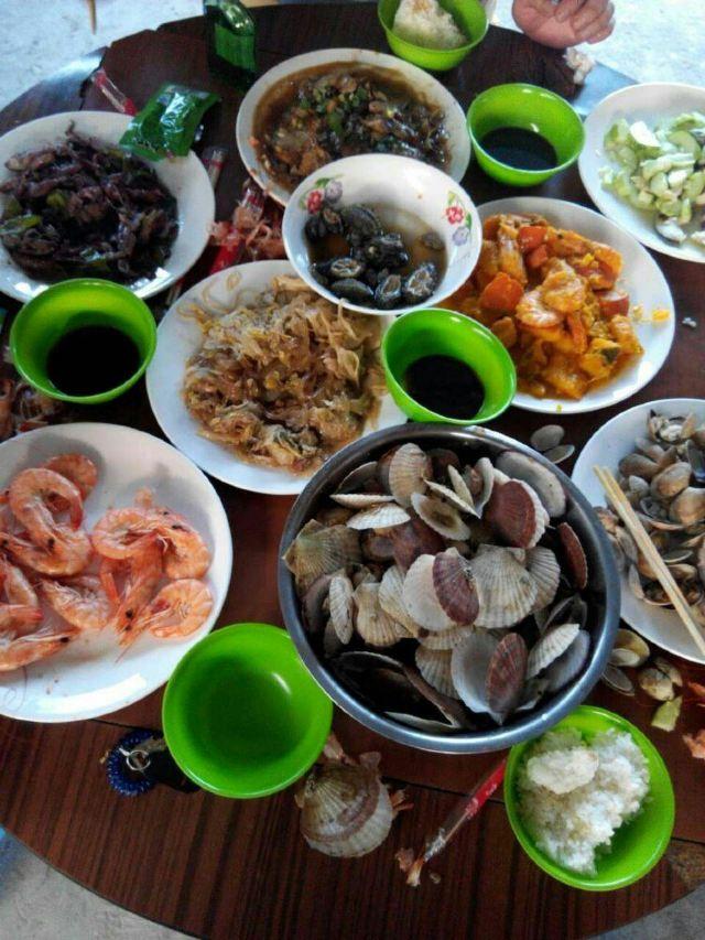 传说中的海鲜大餐,真的很新鲜,吃没了还可以在上的!给力吧!