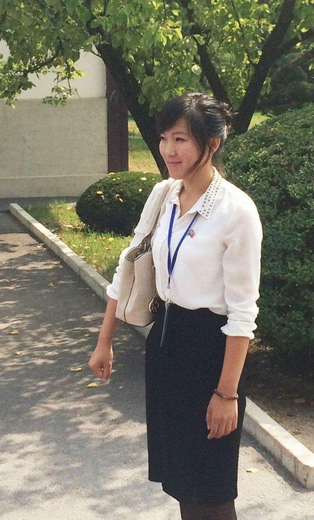 别人家的朝鲜导游!也和她调侃了几句,名叫张恩香,中文一般.