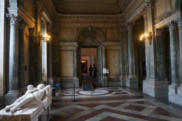 在游览了皇宫的后院后,在皇宫参观入口十点开门前抵达,排队后凭城市卡免费进入需要购买瑞典克朗170元/人门票的斯德哥尔摩皇宫内开始参观。这座皇宫始建于中世纪,最早是一个军事堡垒,17世纪末期经过逐步改造、扩建,才成为了如今我们眼前的样子。首先走进一个大厅,虽然有英文介绍,但因为看不懂内容,所有也不知道其是什么用途。但随后的皇宫房间、长廊和大厅内的各种豪华装饰和精美陈设则让我们感受到了皇家的尊贵。 沿着规定的参观路线,从一楼到二楼,再到三楼,虽然各个房间的功能只能凭内部摆设来推断,但皇室的奢华还是在参观中深切