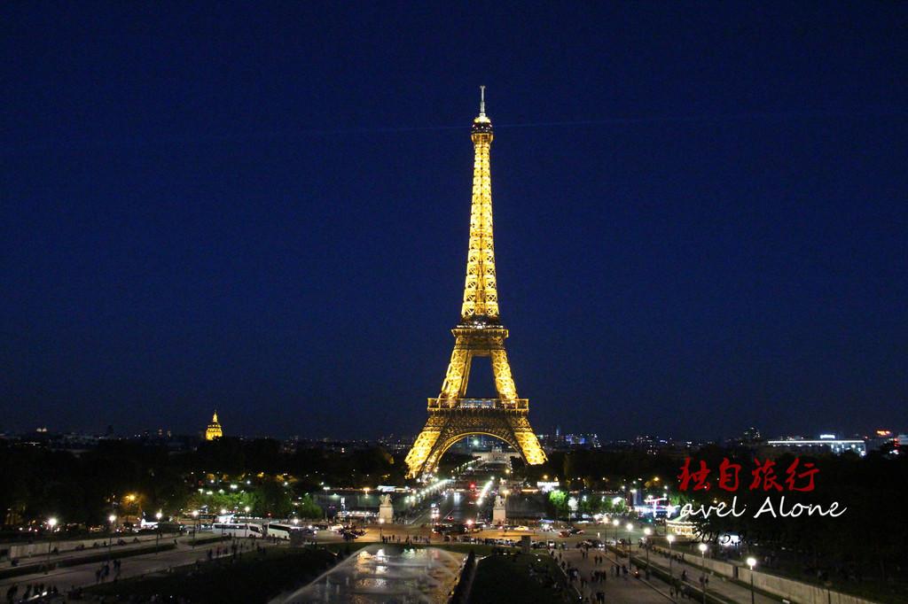 1887年1月28日,埃菲爾鐵塔工程正式破土動工,2月14日,巴黎的文學藝術建築界的精英參與抗議,抗議的內容是反對修建巴黎鐵塔,其中包括法國著名 文學家莫泊桑、小仲馬等300人著名人士簽訂了《反對修建巴黎鐵塔》的抗議書,名人科抗議引發了群眾的請願:巴黎鐵塔如同一個巨大的黑色的工廠煙囪,聳立 在巴黎的上空。這個龐然大物將會掩蓋巴黎聖母院、盧浮宮、凱旋門等著名的建築物。這根由鋼鐵鉚接起來的醜陋的柱子,將會給這座有著數百年氣息的古城投下令 人厭惡的影子。