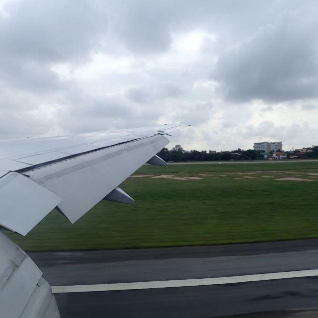 飞机降落在清迈机场