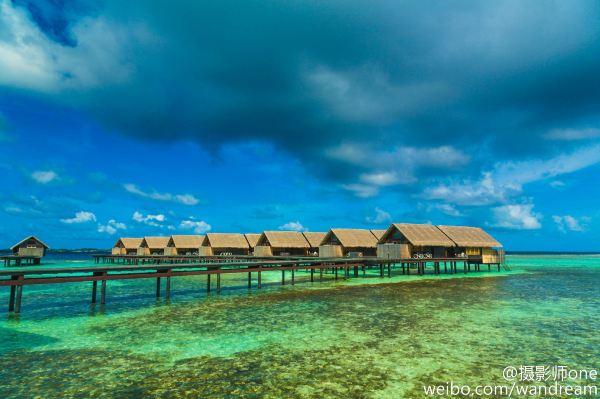 马尔代夫的水上飞机分为鲜艳的红和逼人的蓝,主要以红色为主.
