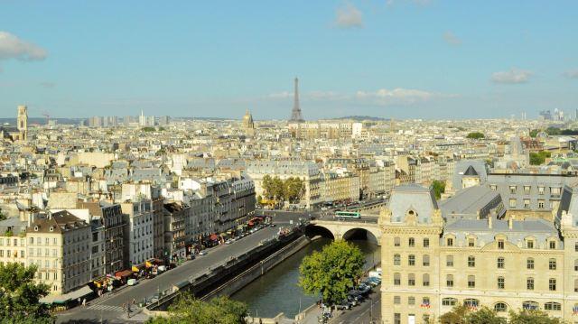 俯瞰巴黎,远处是埃菲尔铁塔