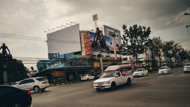 甲米镇很有名有特色的人形红绿灯,不免俗要拍一个哈图片