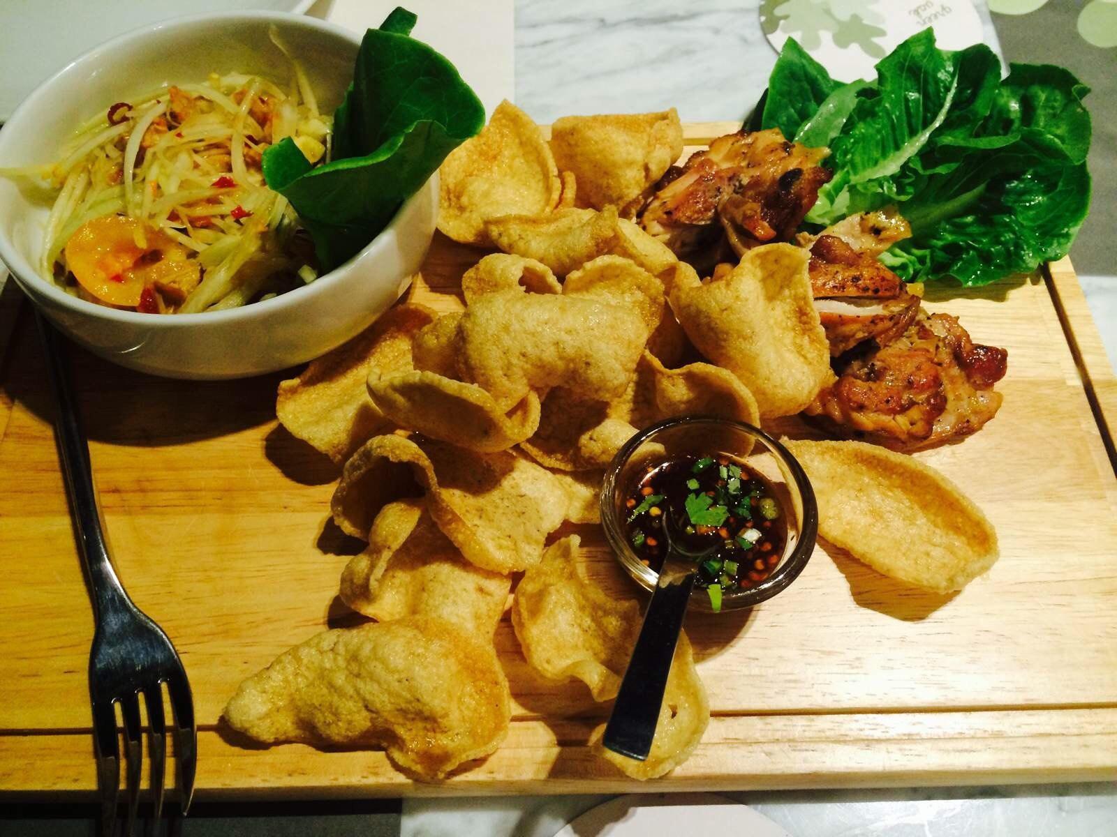 泰国东北部招牌菜.凉拌木瓜配烤鸡