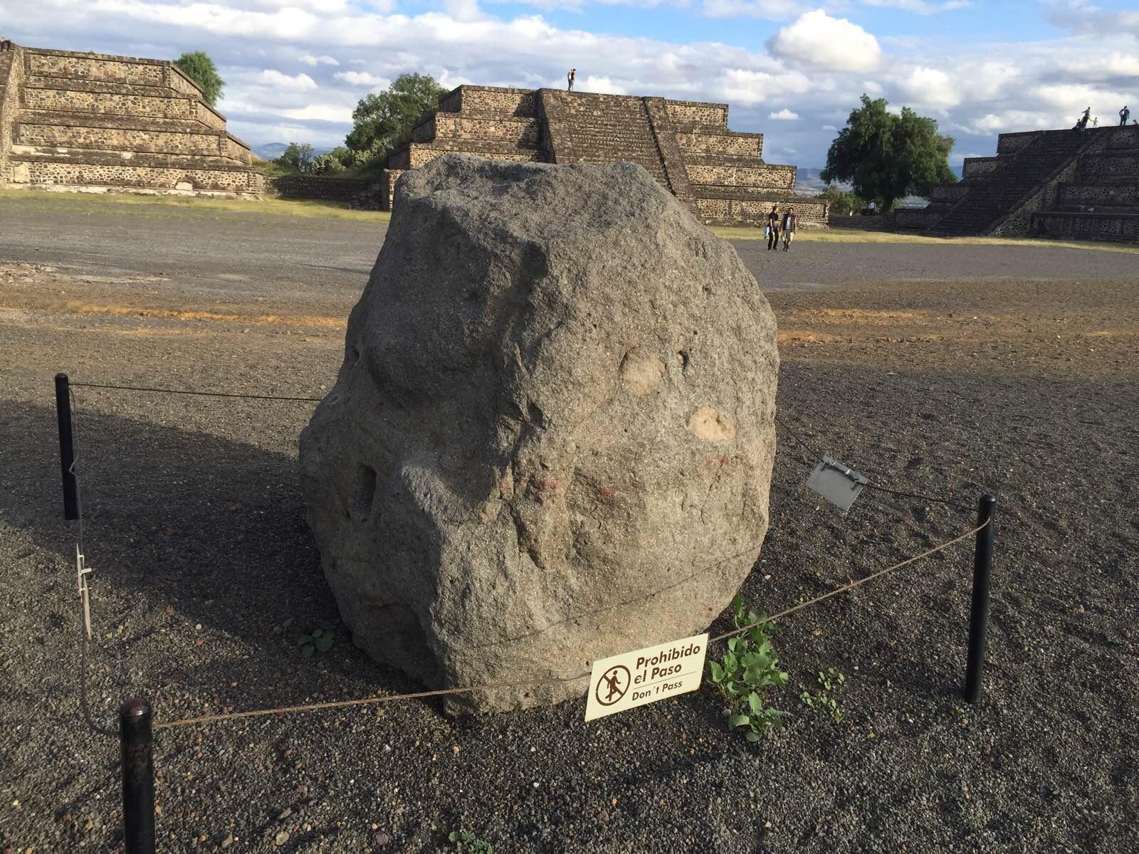 月亮金字塔广场上的石雕已经面目全非