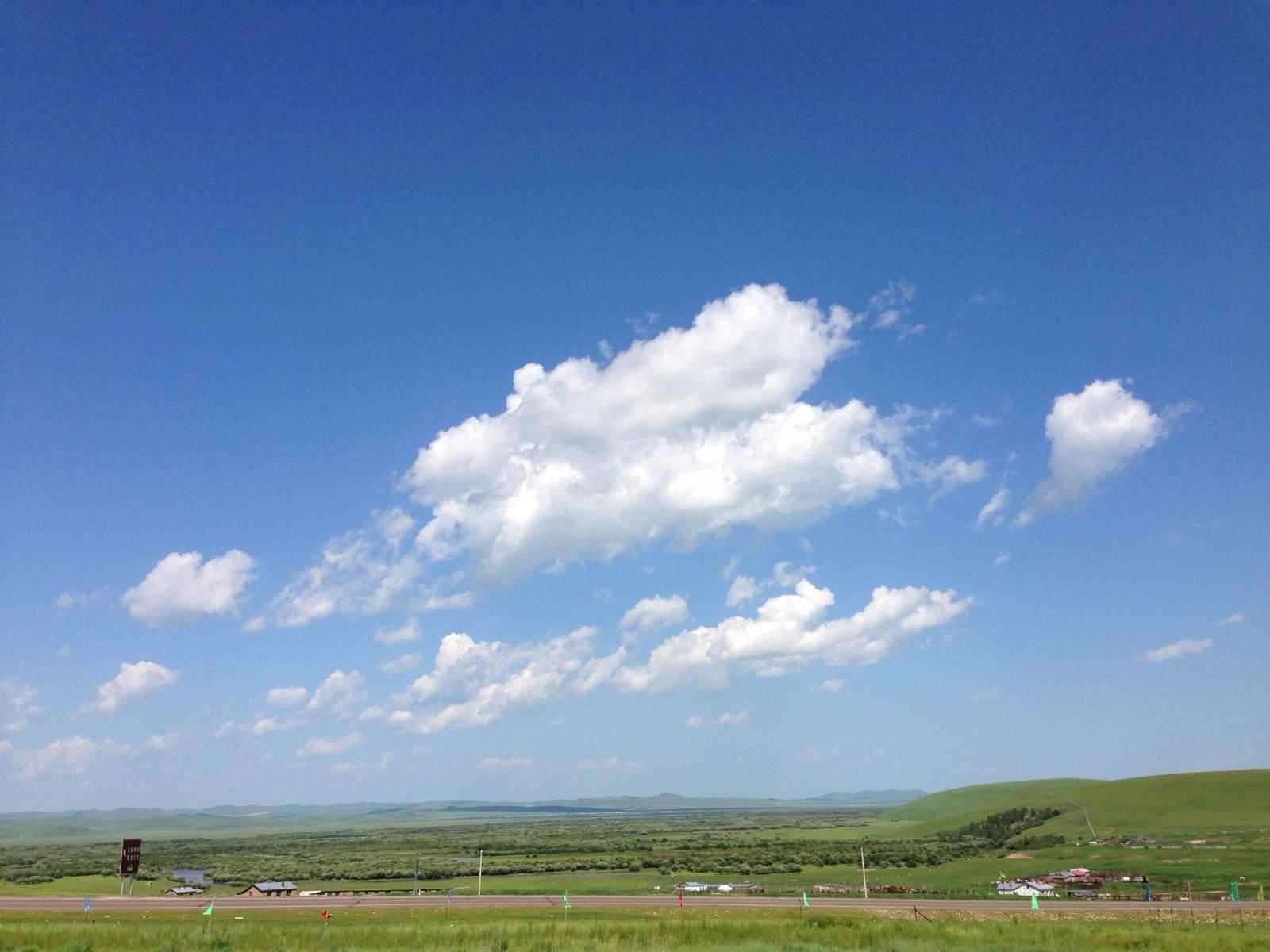 湛蓝的天空,飘着几朵白云,绿油油草原不时有河水穿过,上面牛群,马群