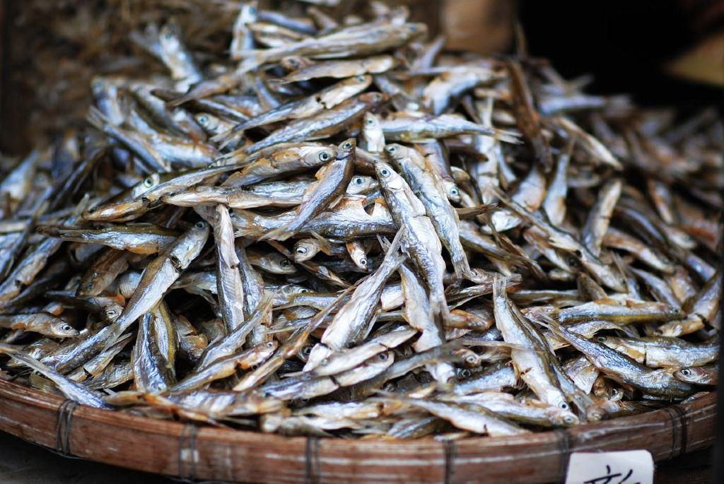 集市上摆卖着当地村民良心出品的各式土特产,油菜心清甜,豆腐花滑嫩.