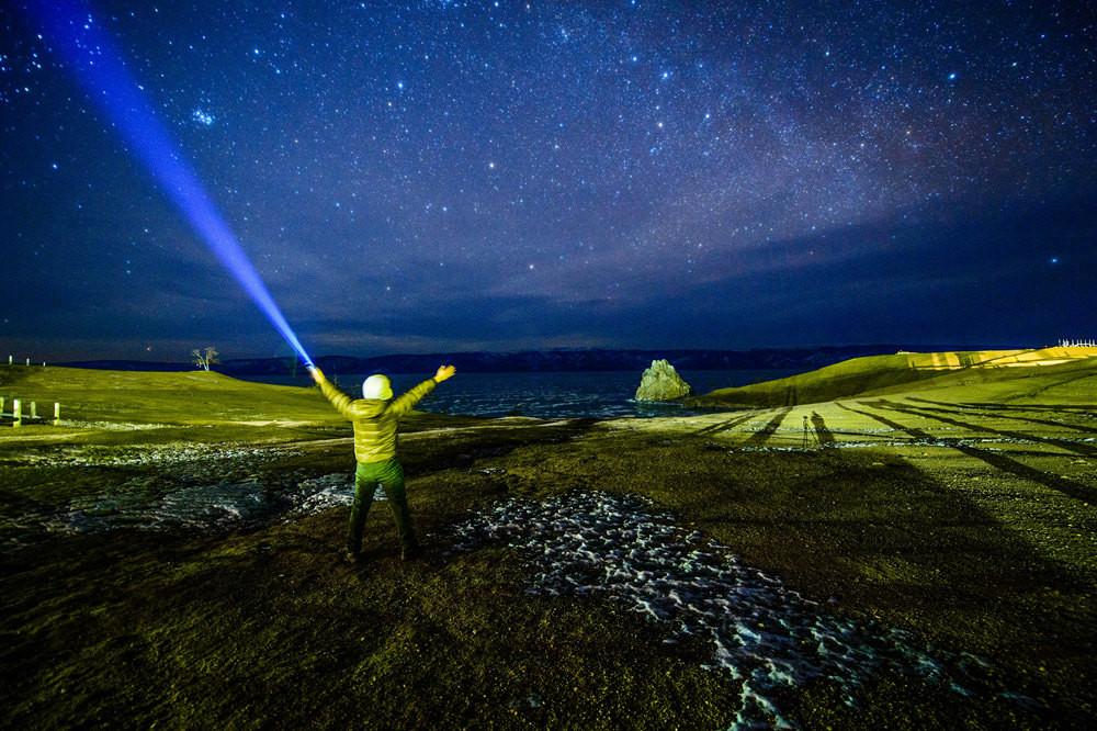 星空和无尽的翡翠之海图片
