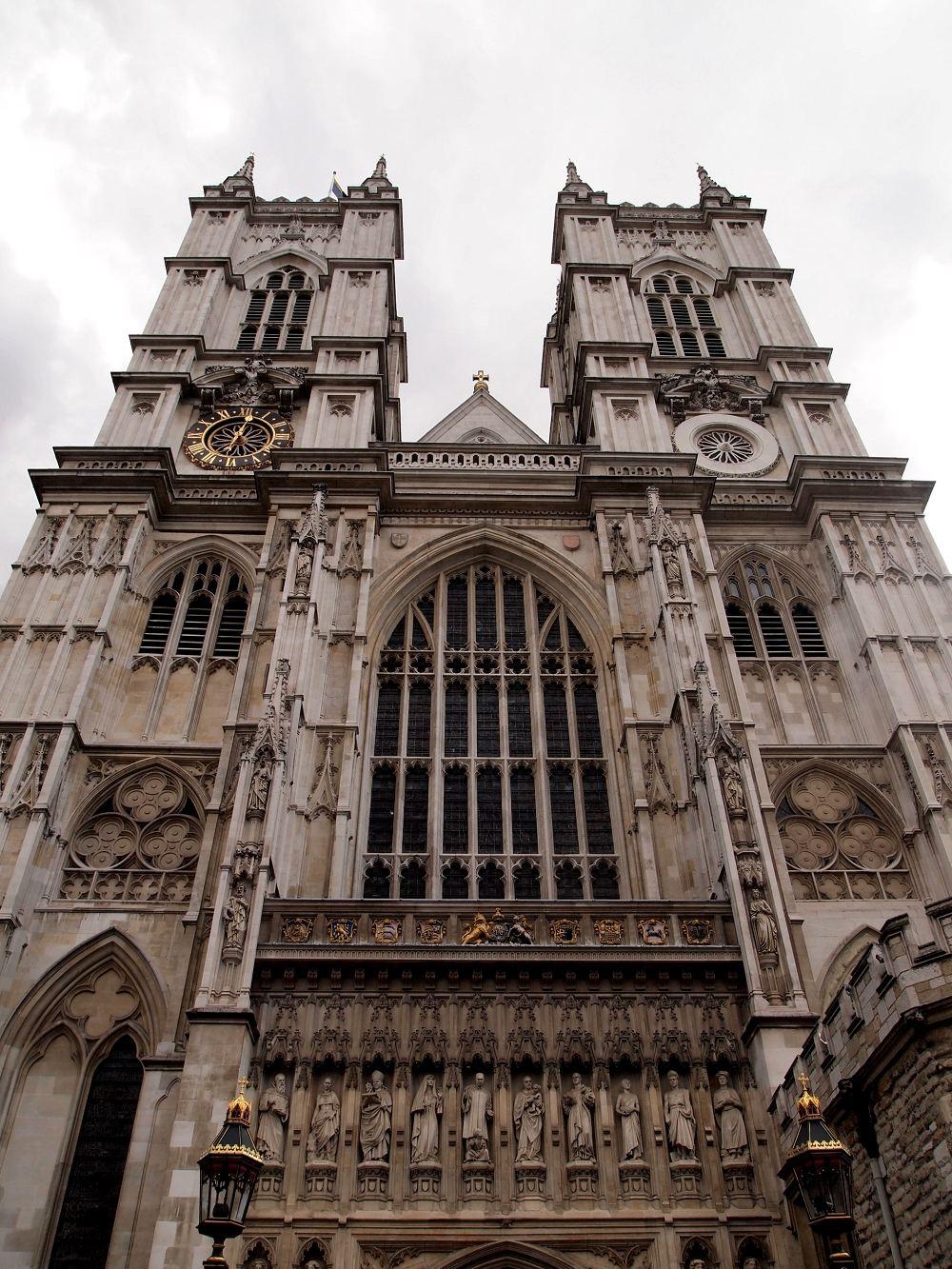 英國作為一個旅游大國,門票的價格也是貴到喪心病狂。 且不說它的教堂要收參觀費用,而且動不動就是16磅。 所以應運而出的就是一個叫London Pass的東西,可以買了之後,在指定的天數內參觀倫敦大部分的景點。 它不厚道的地方在于價格奇貴,比如3天的Pass價格要77磅,和柏林的博物館3日票9.