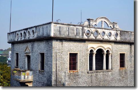 雕花玻璃门窗,圆拱飘窗露台,是近代岭南建筑文明与西洋文化元素的完美