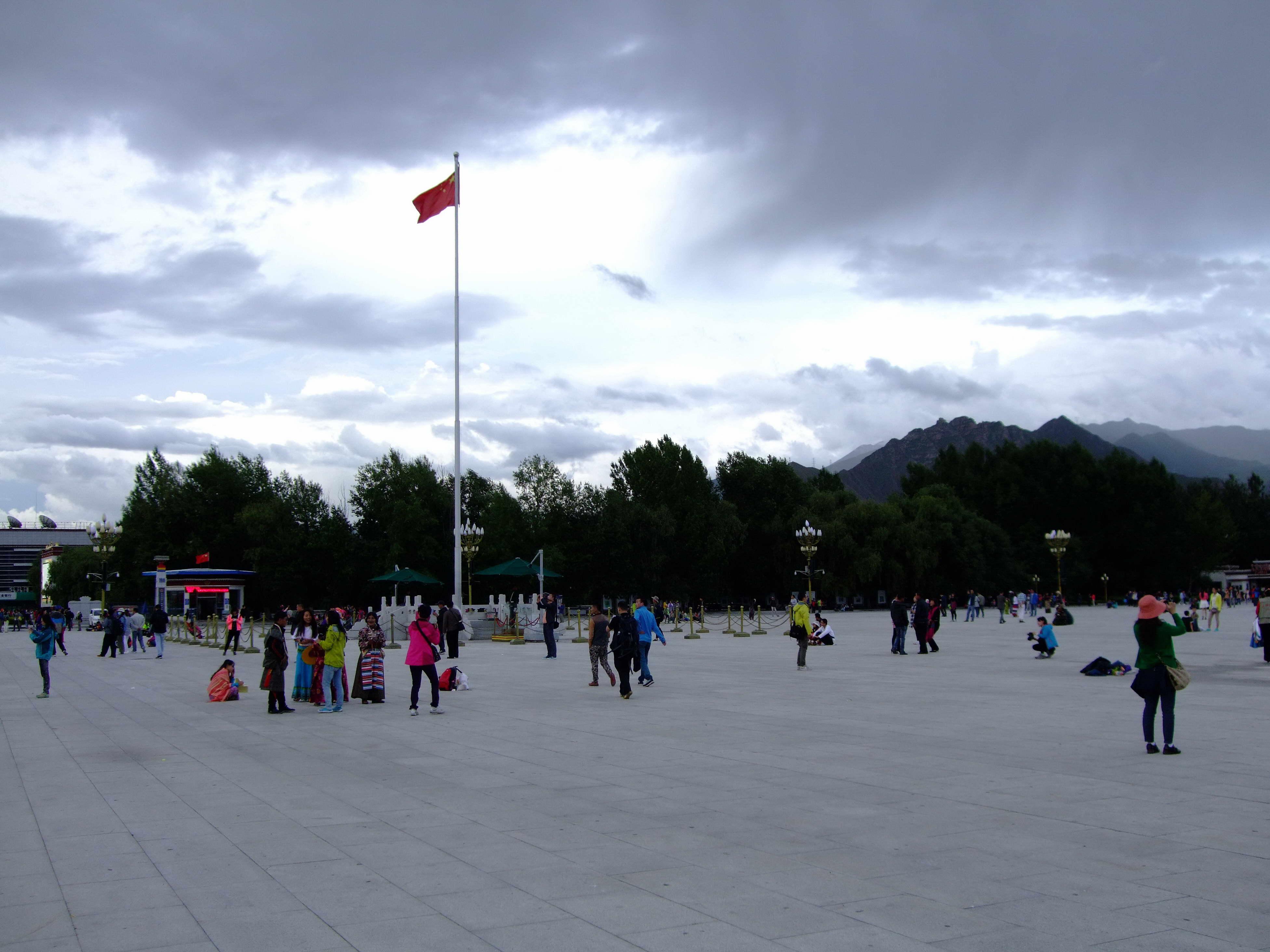 布达拉宫广场飘扬的五星红旗