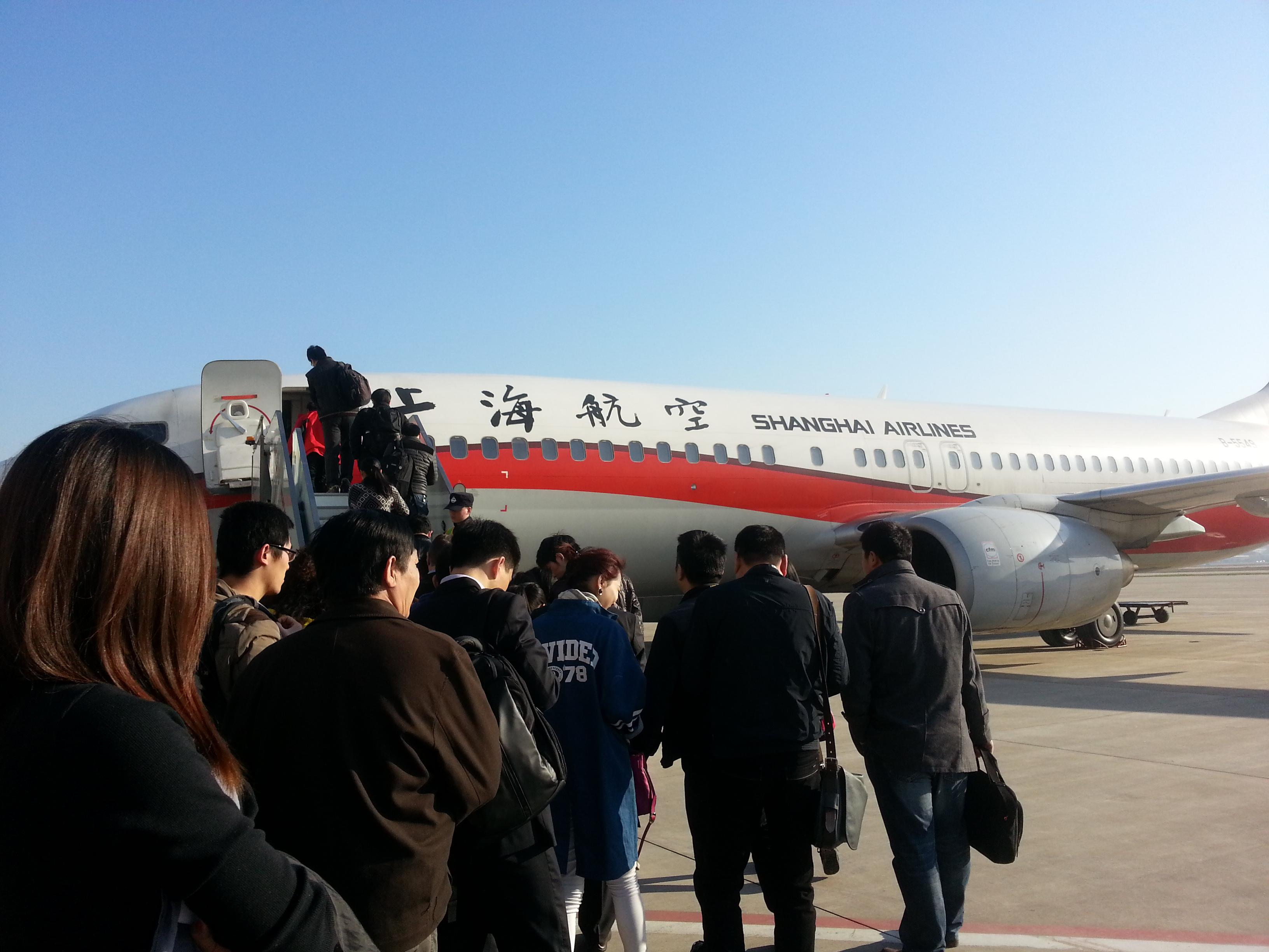 坐的是上海航空的小飞机~~飞机餐有面包/面+酸奶