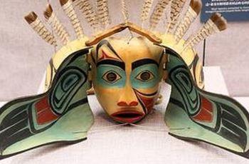 彩绘面具是印第安人的独特艺术形式,充满神奇的色彩.