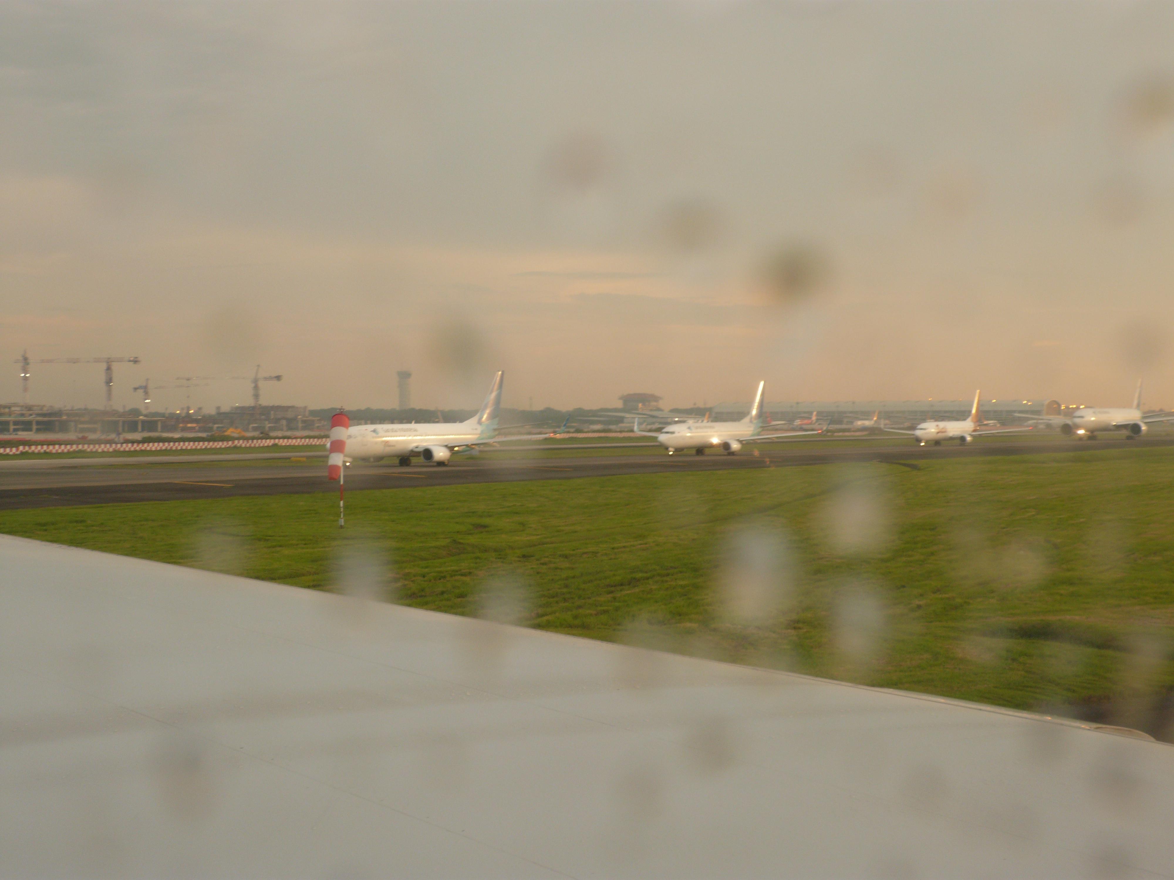 雅加达机场,由于之前的大雨导致航班延误,转机时同样延误,后排的飞机