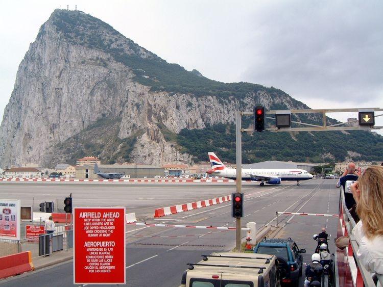 行人可以在飞机跑道上行走,每次飞机起降都会像铁路道口那样关闭公路.