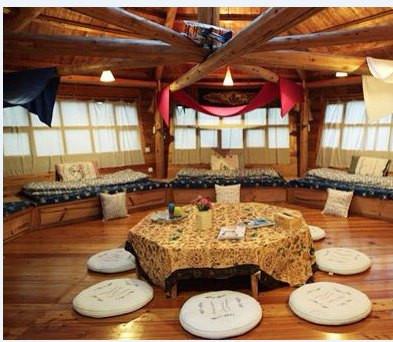 外形像是谷仓的圆形木屋则拥有最大的活动空间,很适合大家围坐在一起