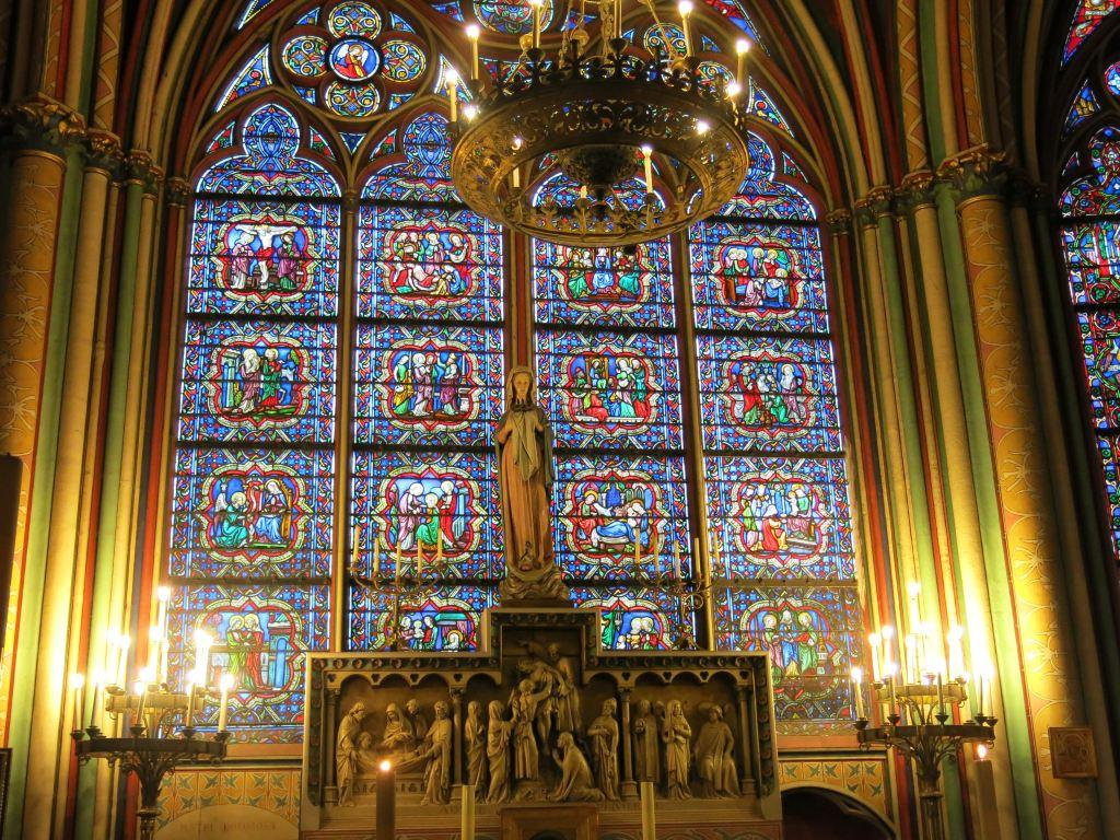 教堂内侧壁上具有千年历史的玻璃窗图片